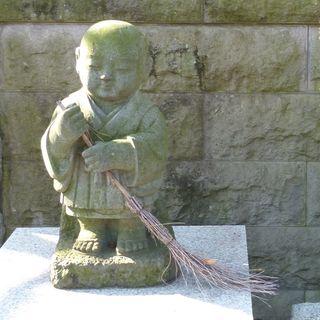Figure with broom, Kouan-ji Temple, Fuchu P1040718