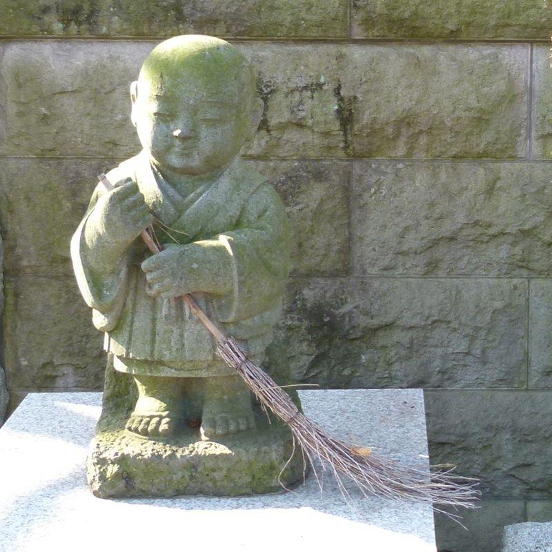 Figure with broom Fuchu P1040718